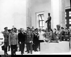 adolf-hitler-visits-the-great-german-art-exhibition-1939-DYYDYC.jpg (640×510)