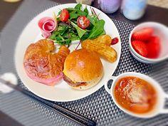 4月13日の朝食。 昨日とほぼ同じ(^-^; - 21件のもぐもぐ - プチハンバーガー クロワッサンサンド(ハムチーズ) グリーンサラダ ポテト ラタトゥイユ イチゴ by rinkojooj0214