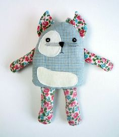Cats Toys Ideas - Im sorry, Im always spamming you with my pins - Ideal toys for small cats Sewing Toys, Sewing Crafts, Sewing Projects, Sewing Stuffed Animals, Stuffed Toys Patterns, Sock Dolls, Ideal Toys, Fabric Animals, Monster Dolls