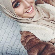 """шел 3 месяц лета. Москва, все достали дубленки? ☀️"" Arab Fashion, Muslim Fashion, Modest Fashion, Beautiful Muslim Women, Beautiful Hijab, Girl Hijab, Hijab Outfit, Cosy Outfit, Muslim Girls"