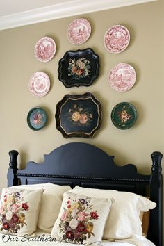 A gallery wall is an easy way of displaying all those things that matter the most—family portraits, unforgettable trips, treasured letters. Here, we give you ten pieces of advice that will help you build a perfectly balanced gallery wall Plate Wall Decor, Tole Tray, Plate Decor, Country Decor, Decor, Cottage Decor, Home, Hanging Plates, Home Decor