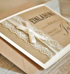 Vintage Einladungen mit Spitze - Modell Nr. 1 Liebevoll gestaltete Einladungskarten zur Hochzeit im angesagten Vintage Design mit Spitze & Schleifchen in creme (wahlweise auch in weiss möglich). Das Deckblatt ist mit braunem Kraftpapier gestaltet. Die Klappkarte ist in der Farbe