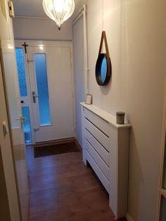 Radiator ombouw bij eethoek Small Room Bedroom, Small Rooms, Bedroom Ideas, Electric Box, Designer Radiator, Radiator Cover, Home Projects, Sweet Home, New Homes