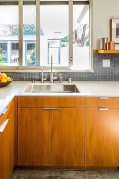 i love the tones of this kitchen and nod to mid century vintage. fits house. Modern Kitchen Tables, Mid Century Modern Kitchen, Modern Kitchen Design, Mid Century Kitchens, Modern Kitchen Backsplash, Wooden Kitchen Cabinets, Kitchen Cabinet Styles, Kitchen With Maple Cabinets, Walnut Kitchen