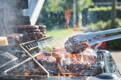 Barbecue Picnic Food Safety Tips Cooking 101, Cooking Light, Cooking Time, Cooking Recipes, Smoker Cooking, Grilled Chicken Burgers, Grilled Chicken Recipes, Grilled Fruit, Grilled Lamb