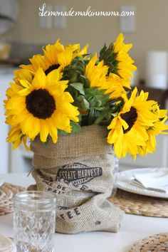 25 Creative Floral Designs with Sunflowers, Sunny Summer Table Decoration Ideas – Lushome Happy Flowers, Beautiful Flowers, Sisal, Sunflower Centerpieces, Floral Centerpieces, Summer Table Decorations, Burlap Sacks, Deco Table, Mellow Yellow