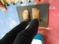einde van het blote voetenpad, voeten in talk en dit afdrukken op zwart papier, mooi resultaat !!!! Yoga For Kids, 4 Kids, Sensory Activities, Sensory Play, Teaching Schools, Pre School, Kunst, Kid Yoga