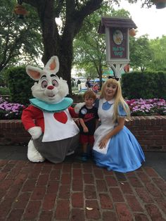 Did you know that if you are the first person in line to get Alice's autograph in the Magic Kingdom in the morning, you get to ride the tea cups with her? Epic Travel Concierge does!
