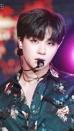 If he stares at me like that i'd seriously turn into a tomato 😅😍 Kim Jinhwan, Chanwoo Ikon, Ringa Linga, Ikon Member, Jay Song, Ikon Wallpaper, Girl Day, Yg Entertainment, K Idols