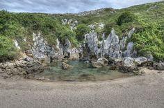 """Considerada a menor praia do mundo pelo """"Guinness Book"""", Gulpiyuri é mais famosa entre os turistas por suas águas translúcidas e ondas que surgem """"sem explicação"""" do que pelo recorde - Foto: Marcos"""