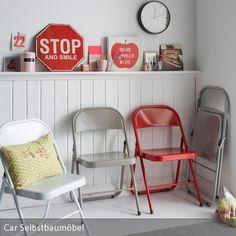 Um Klappstühle nicht nur als funktionale Stühle zu behandeln, sondern sie dekorativ ins Einrichtungskonzept zu fügen, nehme man mehrere Klappstühle in drei…