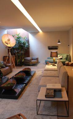 Efeitos de iluminação: natural através de clarabóia (canto no fundo), pendente iluminando canto direito ao fundo e rasgo em forro de gesso, com lâmpadas embutidas.