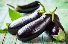9 Amazing Health Benefits Of Eggplant! Eggplant is one of the healthy foods that have a low calorific value, are rich in fiber and antioxidants, and conduciv. Eggplant Benefits, Getting Rid Of Freckles, Caviar D'aubergine, Lectins, Food Pyramid, Health And Fitness Tips, Growing Vegetables, Organic Vegetables, Kefir