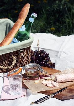 The necessities of a picnic: great scenery, delish food, a lil vino and great company!
