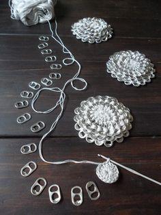 Aluminum pull tab crochet flower; lacre flores; soda pop tops. Photo Tutorial ✿⊱╮Teresa Restegui http://www.pinterest.com/teretegui/✿⊱╮
