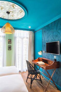 Localizado em um charmoso prédio da Belle Époque, em Nice, França, o hotel Villa Bougainville exibe um mix elegante de cores e estampas em seus ambientes, responsável por criar uma atmosfera aconchegante para seus hóspedes.