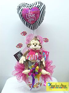 Globos, Flores y Fiestas Valentines Day Baskets, Valentines For Kids, Valentine Wreath, Valentine Crafts, Candy Bar Bouquet, Candy Boutique, Balloon Delivery, Baby Baskets, Candy Gifts