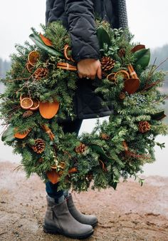 Holiday Wreath : Mixed evergreen wreath with magnolia, dried oranges, and cinnamon sticks. Photo by andiwardrop Natural Christmas, Christmas Mood, Noel Christmas, Rustic Christmas, All Things Christmas, Holiday Fun, Christmas Crafts, Christmas Decorations, Holiday Decor