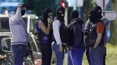 Agentes franceses durante la redada en Boussy-Saint-Antoine.  Acusadas de terrorismo las tres detenidas por un ataque fallido en París Los jueces consideran que sus acciones estaban dirigidas desde Siria a través de Internet