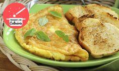 OMELETE ESPECIAL - Se quiser fazer um omelete-suflê, em vez de bater o ovo inteiro, separe as claras e bata-as em picos firmes. Juntes as gemas, misturando delicadamente./ If you want to make a special omelette-soufflé, instead of hitting the whole egg, separate the egg whites and beat them in firm peaks. Join the egg yolks, mixing gently. - Truques mágicos para arrasar na cozinha - Culinária - MdeMulher - Ed. Abril