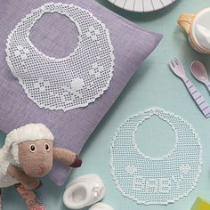 Occorrente, 1 gomitolo di cotone cordonetto Mercer Crochet numero 40 bianco per realizzare i bavaglini ad uncinetto filet, schema in omaggio sulla rivista Mani di Fata di Gennaio
