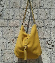 Handgemachte Wildleder Hobo Tasche gelb. Die Tasche ist eine weiche Ledertasche ungefüttert innen, es hat eine Tasche mit Reißverschluss geschlossen Rohbaumwolle. Die Tasche schließt mit einem Leder-String am Ende davon ein Messing farbige Metallring um ist die Quaste anliegt. Am Ende des