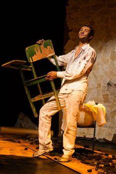 Dinho Lima Flor usou na peça uma cadeira vinda de Canudos - Foto: Jennifer Glass/Divulgação