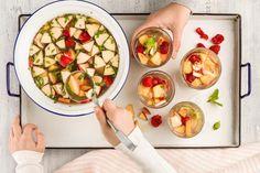 Eistee-Früchte-Bowle - Rezepte | little FOOBY Fresh Rolls, Kiwi, Ethnic Recipes, Food, Iced Tea, Peppermint, Peach, Non Alcoholic Beverages, Drink Recipes