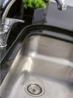 Pour des canalisations nickel :  Mélanger 200 grammes de bicarbonate et 200 grammes de sel fin. Verser dans la canalisation concernée et ajouter un verre de vinaigre blanc chaud (ça mousse, c'est normal !). Laisser agir toute la nuit et verser un litre d'eau bouillante le lendemain matin.   Entretien hebdomadaire : verser un verre de bicarbonate et un verre de vinaigre blanc dans la canalisation, puis faire couler l'eau chaude pendant une minute ou deux.