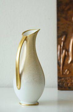 Bekijk dit items in mijn Etsy shop https://www.etsy.com/nl/listing/525036615/vintage-vase-in-white-and-gold-porcelain