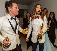 Pin for Later: Diese Oscars-Fotos bringen euch garantiert zum Lachen  Auch Lupita Nyong'o konnte es nicht lassen: Photo-Bombe!