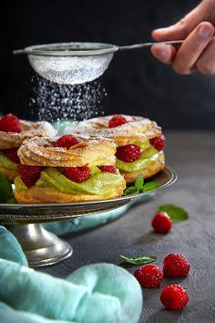 Cute Desserts, Delicious Desserts, Dessert Recipes, Eclair Recipe, Dessert Packaging, Paris Brest, Puff Pastry Recipes, Incredible Recipes, Yummy Cupcakes