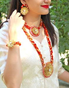 Beautiful Flower and Gota jewellery for your Mehendi, Teej, Bhaat or Haldi look. Find all the floral jewellery inspiration you need right here! Indian Wedding Jewelry, Bridal Jewelry, Indian Bridal, Pearl Jewelry, India Jewelry, Jewelry Sets, Gota Patti Jewellery, Handmade Jewelry Designs, Handmade Jewellery