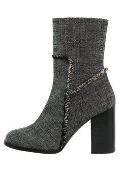 Castañer CALEN Korte laarzen grey, 234.95, http://kledingwinkel.nl/shop/dames/castaner-calen-korte-laarzen-grey/