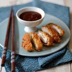 Voici une délicieuse recette de poulet croustillant accompagné d'une sauce à la fois sucrée, salée et citronnée ! Autant de saveurs à la fois pour sublimer ce plat !