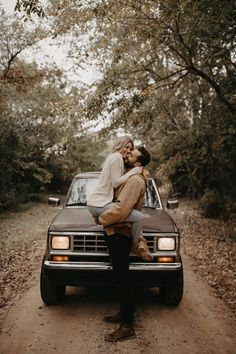 Wedding photography, simply check these stunning pin tip ref 2691054019 now. Couple Photography Poses, Couple Portraits, Outdoor Photography, Couple Posing, Couple Shoot, Engagement Photography, Wedding Photography, Engagement Shoots, Engagement Pictures