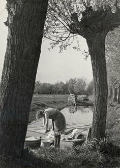 Emmy Andriesse Buiten tussen de knotwilgen de was doen/ dutch woman doing the laundry