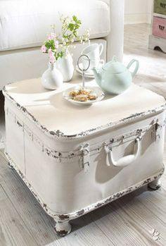 Cette table basse n'est pas seulement pratique, elle a un pouvoir décoratif à ne pas négliger. Si vous êtes un...