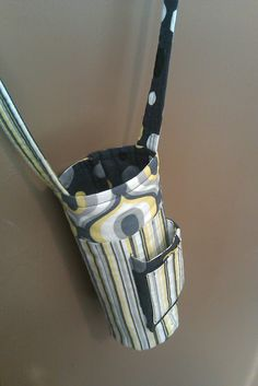 Water Bottle Carrier--I really like this with the extra pocket. I would put a hard bottom in it just for stability. Water Bottle Carrier, Bottle Bag, Water Bottle Holders, Water Bottles, Small Sewing Projects, Sewing Hacks, Sewing Ideas, Creation Couture, Diy Purse