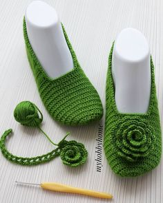 Home Ideas: How to make modern Crochet Slippers Easy Crochet Slippers, Crochet Slipper Boots, Crochet Baby Boots, Crochet Tote, Crochet Socks, Cute Crochet, Knitting Socks, Crochet Clothes, Booties Crochet