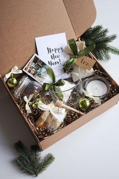 Christmas Gift Baskets, Christmas Gift Box, Christmas Mood, Christmas Gift Wrapping, Holiday Gifts, Christmas Crafts, Christmas Decorations, Homemade Gift Baskets, Homemade Gifts