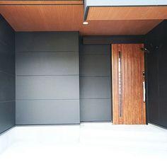 女性で、2LDKの笠松電気ブラケット/軒天 木目/木目調ドア/引き戸玄関/外壁 墨色/ALC…などについてのインテリア実例を紹介。(この写真は 2016-03-28 22:14:15 に共有されました) My Home Design, Door Design, House Design, Japanese Bath, Japanese Modern, Door Entryway, Entrance Doors, House Rooms, My House