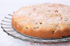 Rabarberkaka - Recept på en underbart god rabarberkaka. En  mjuk och saftig sockerkaka med rabarber i som är enkel att göra.