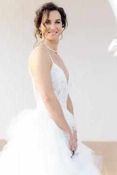 Bräute 2022 aufgepasst! Hier findest Du dein perfektes Brautkleid! Ob für die Sommerbraut oder Winterbraut, ob schlicht oder edel, ob im Vintage oder Prinzessinnen Stil, ob für das Standesamt oder die Kirche, ob kurz oder lang. Lass Dich von diesen zeitlos eleganten Looks verzaubern! Klicke hier um noch mehr über Deine Traumhhochzeit zu erfahren! Foto: Heike Moellers Photography #Brautkleid #WhiteWeddingMag Elegant, Wedding Dresses, Fashion, Pictures, Haute Couture, Couture Dresses, Perfect Wedding Dress, Princesses, Young Women