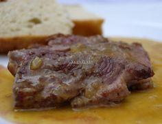 Magret de Pato con Salsa de Naranja / Magret de pato.  Sal.  Pimienta.  Para la Salsa:   200 gramos de zumo de naranja.  1 cebolla.  Un poco de la grasa del magret de pato.   Un poco de azúcar.  Pimienta.  1 o 2 cucharadita de maicena o fécula de patata.  Sal.  Aceite de oliva .