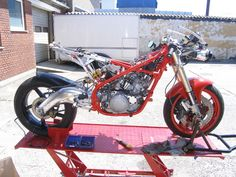 YAMAHA rz/rd 350 HYBRID Frame: The rear end of the frame is cut of and replaced by a aluminum structure Front fork: Suzuki RGV250 Rear swinger: Aprilia RS250 (modified with mounting of damper) Rear damper: Öhlins mounted in a different design Front wheel: Kawazaki ZXR 750 Rear wheel: Aprilia RS250