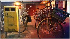 Twitter / NyasaTells: Afvalbak omsingeld door fietsen, soms ook dienstdoende als fietenrek. #Afval #Anderskijken dag 2