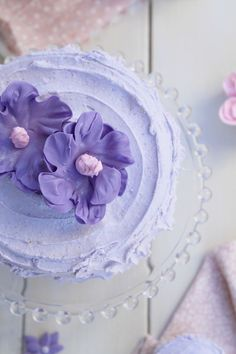 Vanilla cake with violets buttercream