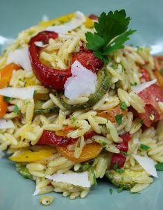 κριθαράκι με λαχανικά του Χόλιγουντ vs της Πόλης   Pandespani Greek Recipes, Pasta Salad, Cabbage, Food And Drink, Potatoes, Vegan, Chicken, Vegetables, Cooking