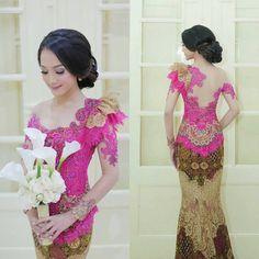 Gambar mungkin berisi: 1 orang Kebaya Pink, Kebaya Lace, Kebaya Brokat, Batik Kebaya, Dress Brokat, Kebaya Dress, Model Kebaya Modern, Indonesian Kebaya, Sexy Dresses